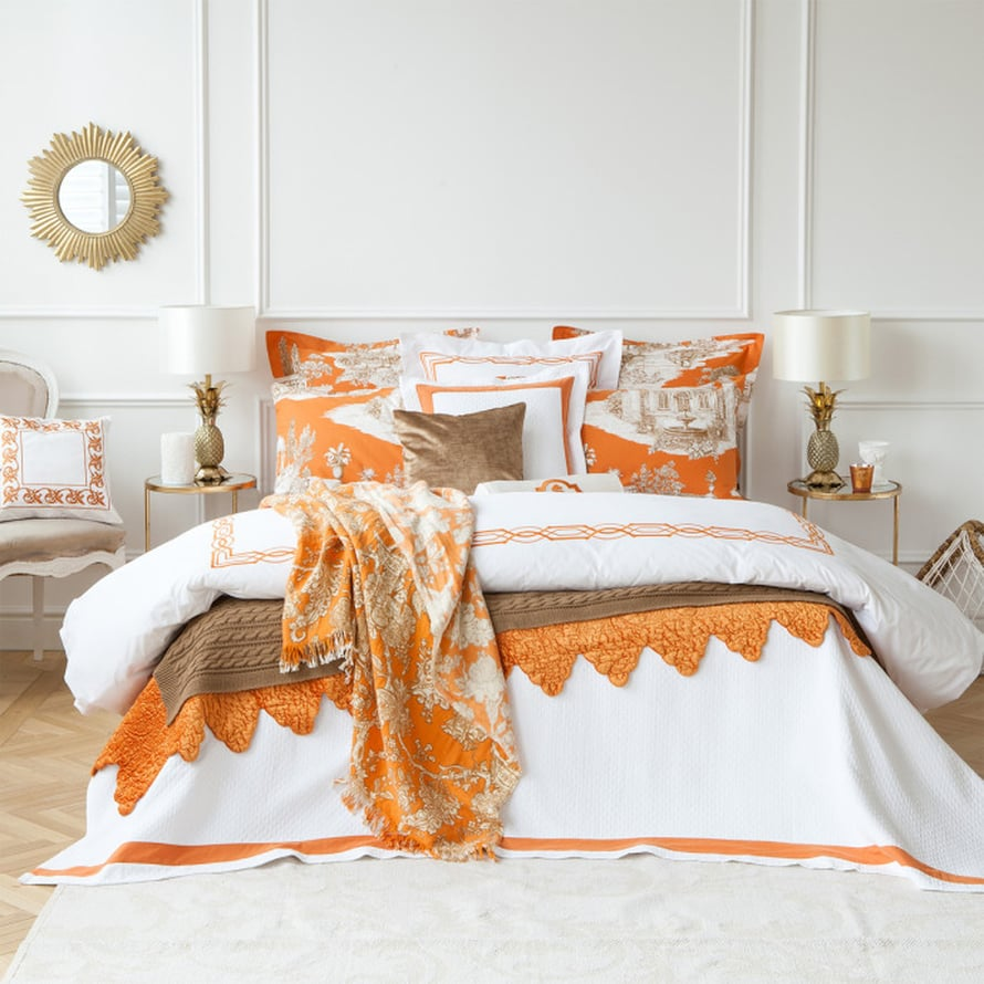 """Tyylik&auml;s ja arvokas v&auml;riyhdistelm&auml; joka toimii loistavasti paitsi petivaatteissa, my&ouml;s muualla sisustuksessa: hieman murrettu oranssi kera valkoisen ja ruskean. Kuva: <a href=""""http://www.zarahome.com"""" target=""""_blank"""">Zara Home</a>"""