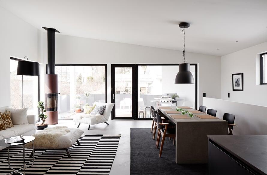 Yläkerran olohuone, keittiö ja ruokailutila ovat yhtä suurta ja avaraa tilaa, jonka jatkeena on parveke.