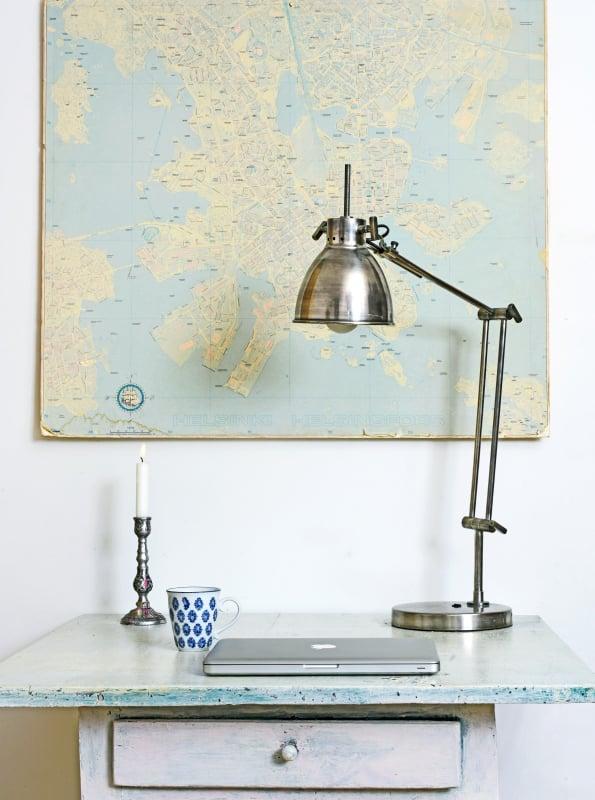 Olohuoneen työskentelynurkan pöytä löytyi jyväskyläläisestä antiikkiliikkeestä. Pöydän yläpuolella on Manuelan miehen perimä Helsingin kartta. Intohimoisena helsinkiläisenä mies ripusti kauniin kartan näkyvälle paikalle.