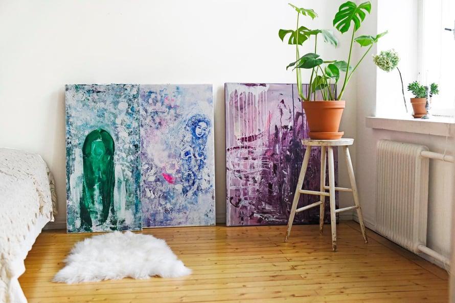 Manuela maalaa pääosin tilaustöinä asiakkaittensa sielunmaisemia. Makuuhuoneen seinää vasten nojaa muutama työ, jotka ovat lähdössä eteenpäin tilaajien