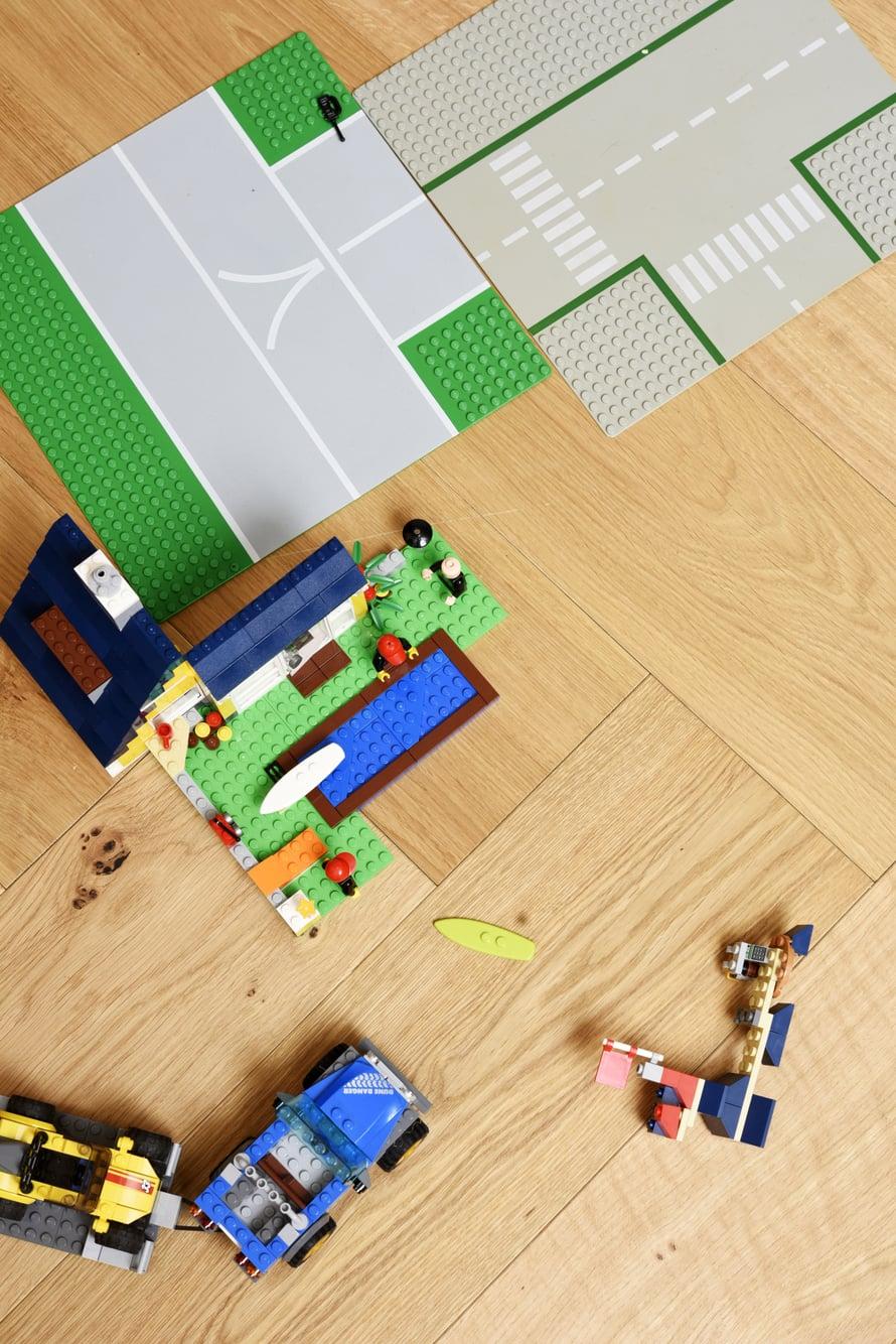 Pienten poikien kotona legot tuovat lisäväriä sisustukseen. Timberwisen klassinen kalanruotolattia on tammea ja tyylikäs pohja muulle sisustukselle.