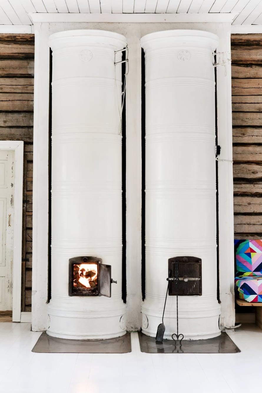 Talossa on seitsemän pönttöuunia, joista osaa käytetään kylmimpinä vuodenaikoina.