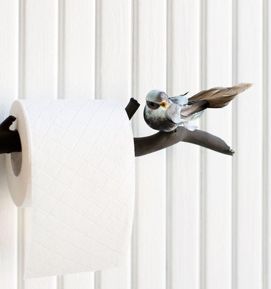 <p><p>Maalaa tukeva pieni puunoksa ja kiinnitä siihen koristelintu, niin saat kauniin wc-paperitelineen mökkihuussiin. Idea ja toteutus: Anna-Kaisa Melvas, Kuva: Heli Blåfield </p></p>