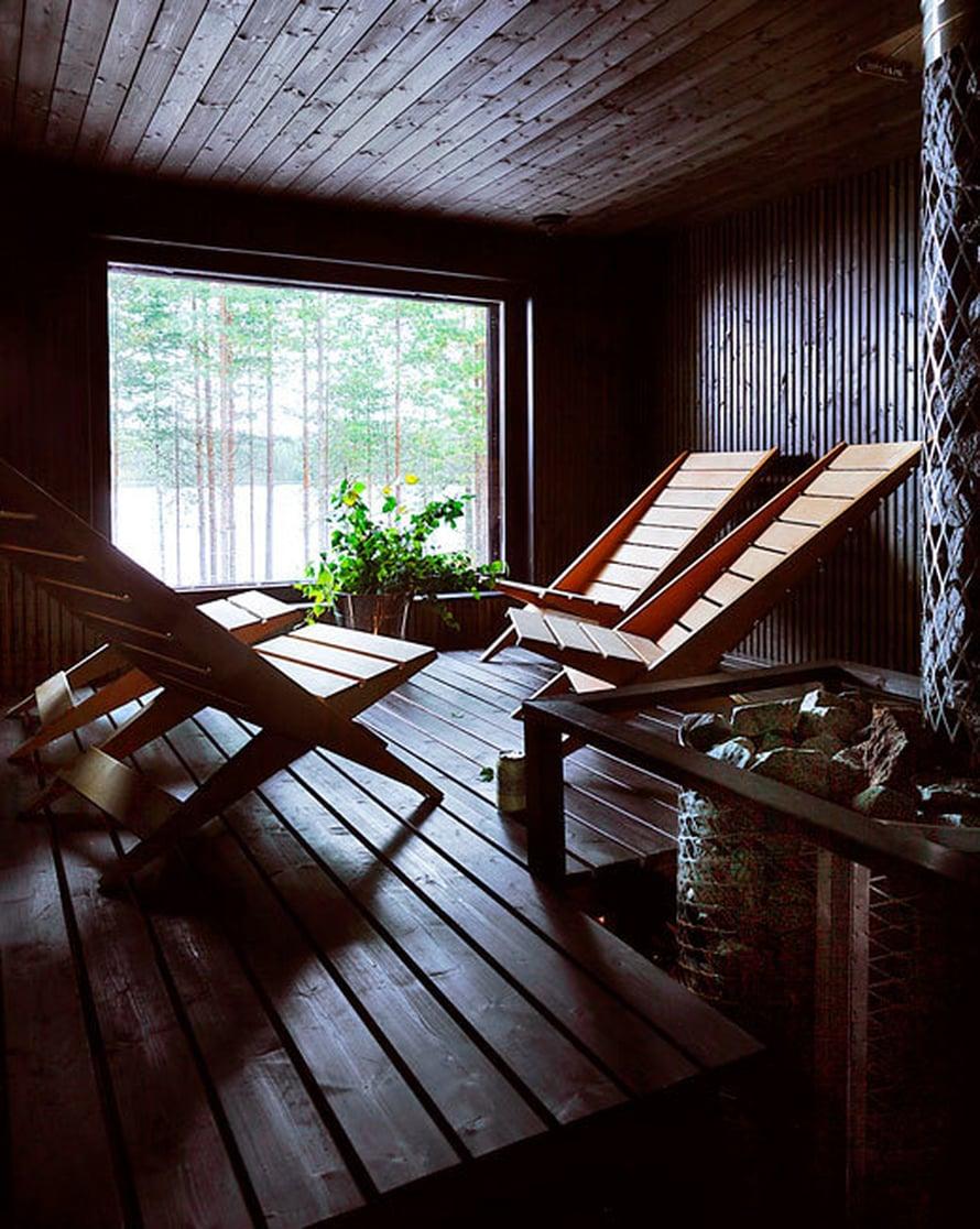 <p><p>Sauna on kuin lounge, sillä Petri teetti sinne lauteiden sijasta puiset nojatuolit. Tuoleja on helppo siirtää, toisin kuin lauteita. Sauna on sekä Saimille että Petrille meditatiivinen huone, jossa on mukava miettiä vaikka tulevia sieniretkiä.</p></p>