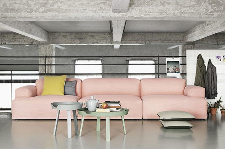 <p><p>Vaaleanpunainen sohva? Miksi ei! Tämähän on kuin poutapilvi, johon voisi heittäytyä unelmoimaan… Jottei tunnelma menisi liian herkäksi, yhdistäisin pinkkiin sohvaan ripauksen teollisuushenkisyyttä. Jos ei asu vanhaan tehtaaseen tehdyssä loftissa, teollisuushenkinen lamppukin voisi toimia. Kuva: Muuto.</p></p>