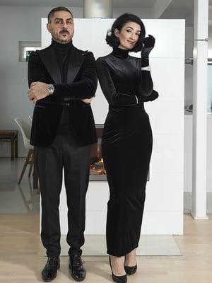 Senayn ja Armanin vaatekaappien pääväri on musta. Ystävät ovatkin luonnehtineet heitä The Addams Familyksi.