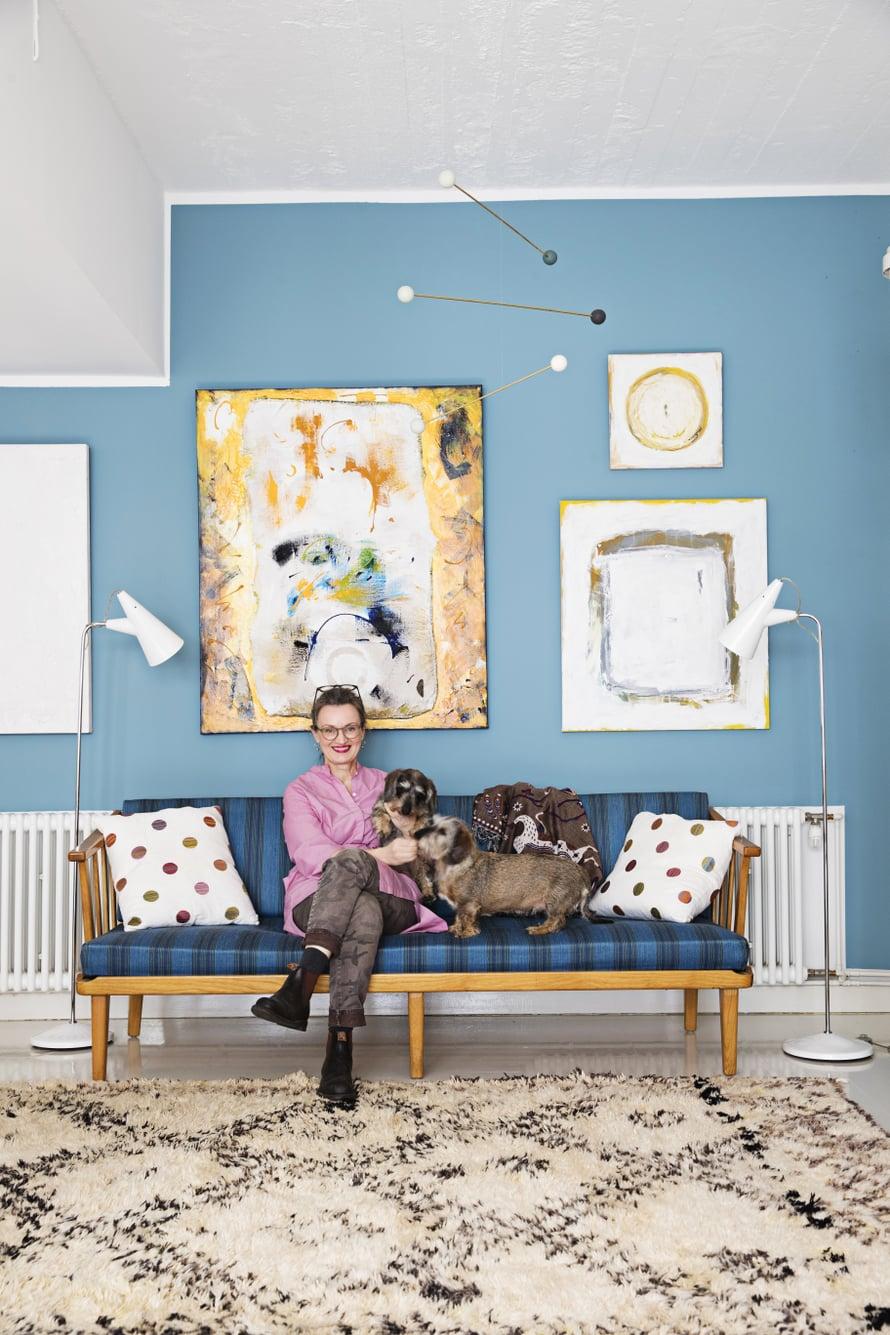"""""""Kotimme on rakentunut pala palalta, hitaasti vuosikymmenten aikana, ja ehkä siksi olen niin kiintynyt näihin esineisiin. Seinien ja tekstiilien sävyt vaihtuvat, mutta muuten koti tuntuu valmiilta"""", Leena Kouhia sanoo. Carl Malmstenin sohva on vanhan käsityötaidon taidonnäyte. Se on löytö Bukowskis Marketista."""