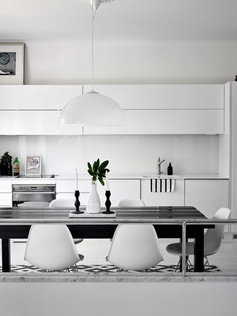 Pariskunta remontoi keittiön ennen muuttoa. Valkoiset korkeakiiltoiset kaapistot valittiin Ykköskeittiöiden mallistosta. Ruokapöytä ja tuolit tuotiin Marjaanan miehen aiemmasta kodista. Ruokapöytä on teetetty 1800-luvulta peräisin olevista lattialankuista, ja uuteen kotiin se maalattiin mustaksi.