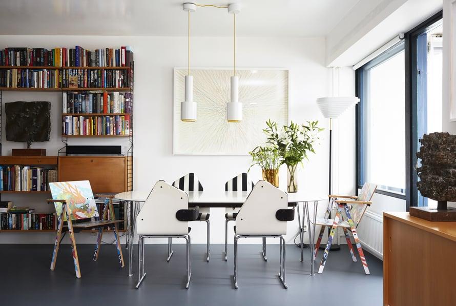 Asukkaiden aiemmat kodit oli sisustettu modernein klassikoin, mutta nyt kodin tyyli on menossa postmodernimpaan suuntaan. Yrjö Kukkapuron suunnittelemat raidalliset pikkutuolit oli saatava, kun ne tulivat vastaan netissä. Tattooed-tuolit on myös ostettu käytettyinä. Seinällä Jaakko Mattilan Vastakohta-akvarellityö.