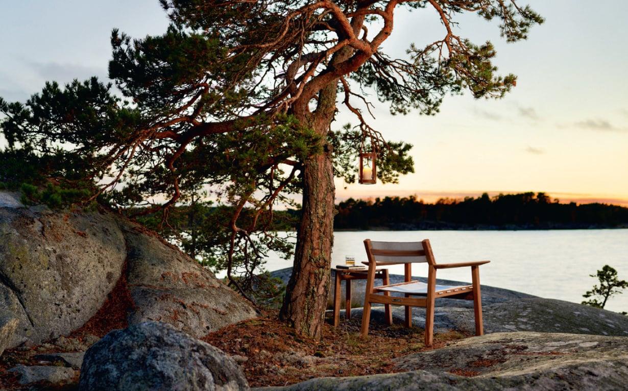 Safarituoli istuu hyvin pohjolan merimaisemaan. Kuvan tuoli Skargaarden, tiedustelut Lanna Möbler.