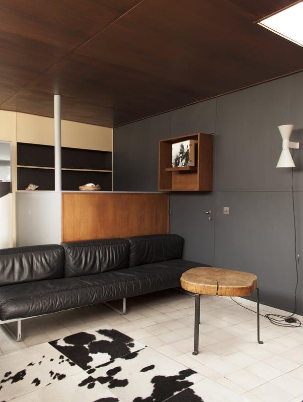 Olohuoneen sohva on Le Corbusier'n vuonna 1934 suunnittelema LC5.F-prototyyppi, jota Cassina valmistaa edelleen.