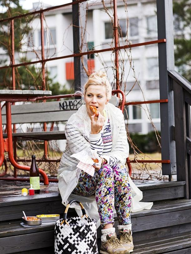 Kokki Meri-Tuuli Lindström nautti makkarapiknikin kotipihansa grillipaikalla Roihuvuoressa.