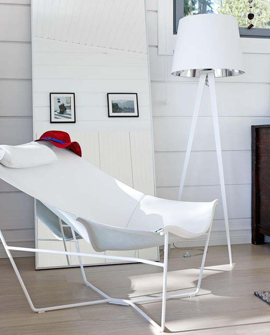 <p><p>Sopii olkihattu moderniinkin sisustukseen ja seinän sijaan tuolin selkänojalle. Punainen hattu kokovalkoisessa sisustuksessa on kuin piste i:n päällä. Kuva: Katri Kapanen</p></p>