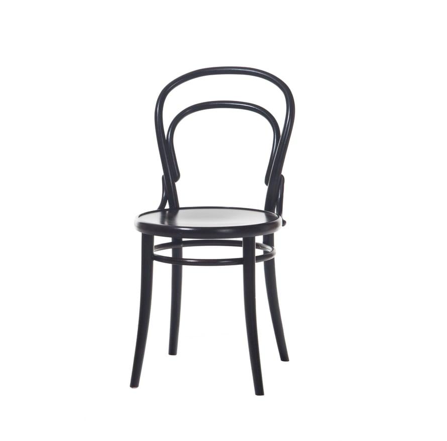 Tsekkiläinen Ton n:14 on maailman myydyin sarjavalmisteinen tuoli ja niissä on istuttu jo vuodesta 1861 lähtien. Wieniläistuolin kopioita voi löytää melkein mistä tahansa kirpputorilta tai vintageliikkeestä. Aidon tuolin tunnistaa istuimen pojassa olevasta leimasta tai kaiverruksesta. Tuolin suosio hiipui 1980-luvulla, mutta nyt kurvikas kaunotar on haluttu kaluste sisustusbloggaajien ja ammattisisustajien keskuudessa. Ton n:o 14 -tuoli maksaa uutena 159 e, Forme.