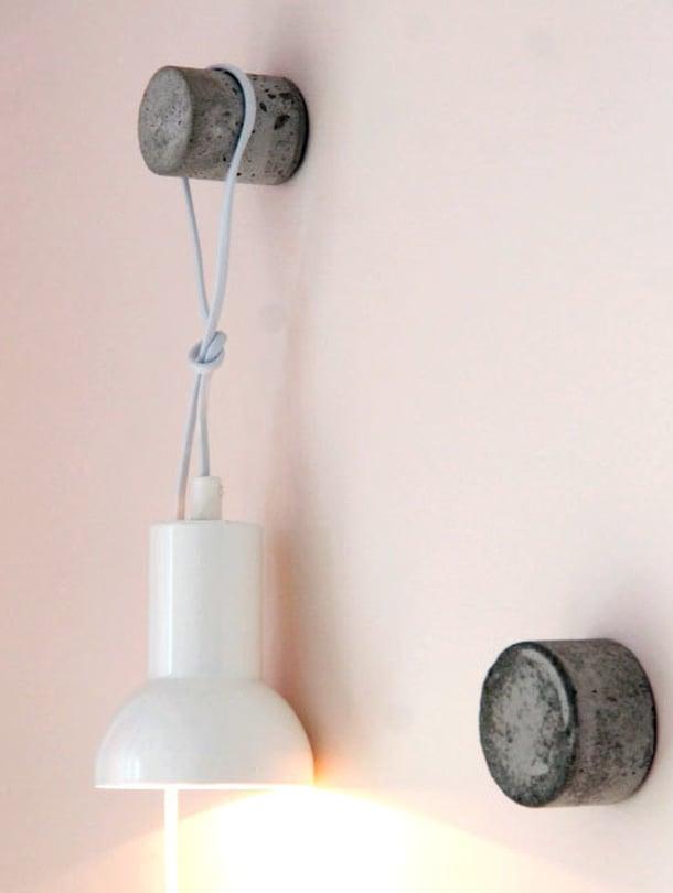 <p><p>Ruuvasin koukut seinälle ja ripustin toiseen lampun.</p></p>