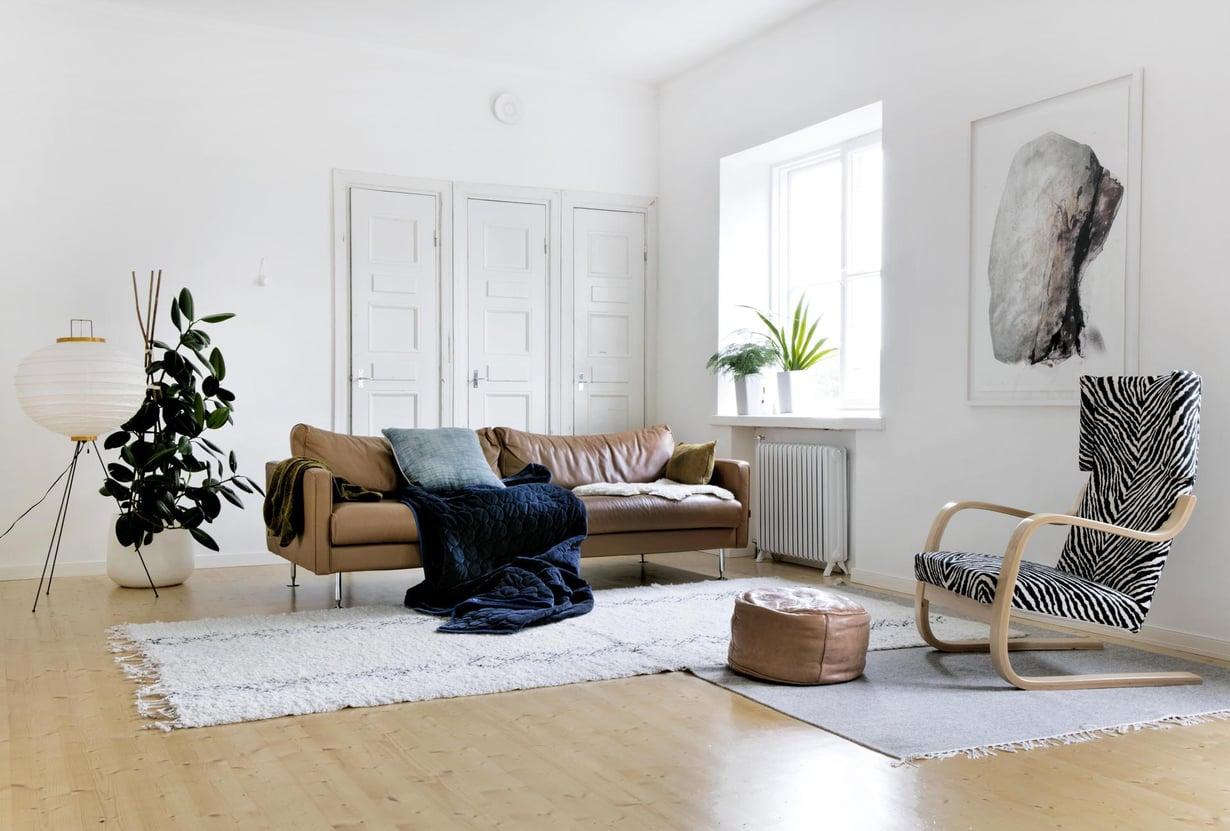 Olohuoneeseen hankittiin Furninovan sohva Vepsäläiseltä. Isamo Noguchin riisipaperivalaisin ja Artekin 401-tuoli ovat löytöjä Tori.fistä. Vaalea matto on tuliainen Marokosta. Taulu on Matti Hintikan Idaho-litografia. Maiju Luukka kertoo kaipaavansa huoneeseen lisää taidetta, erityisesi veistoksia.