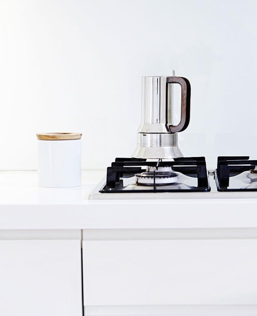 """Kaasuhellalla porisee Alessin espressopannu. """"Eniten käytän espressopannua, enkä herää kunnolla ilman vahvaa kahvia. Osaan suunnistaa keittiöön kahvipannun luo vaikka silmät kiinni. Richard Sapperin Alessille suunnittelema klassikko on yksinkertaisesti kaunis"""", Mikko kertoo."""