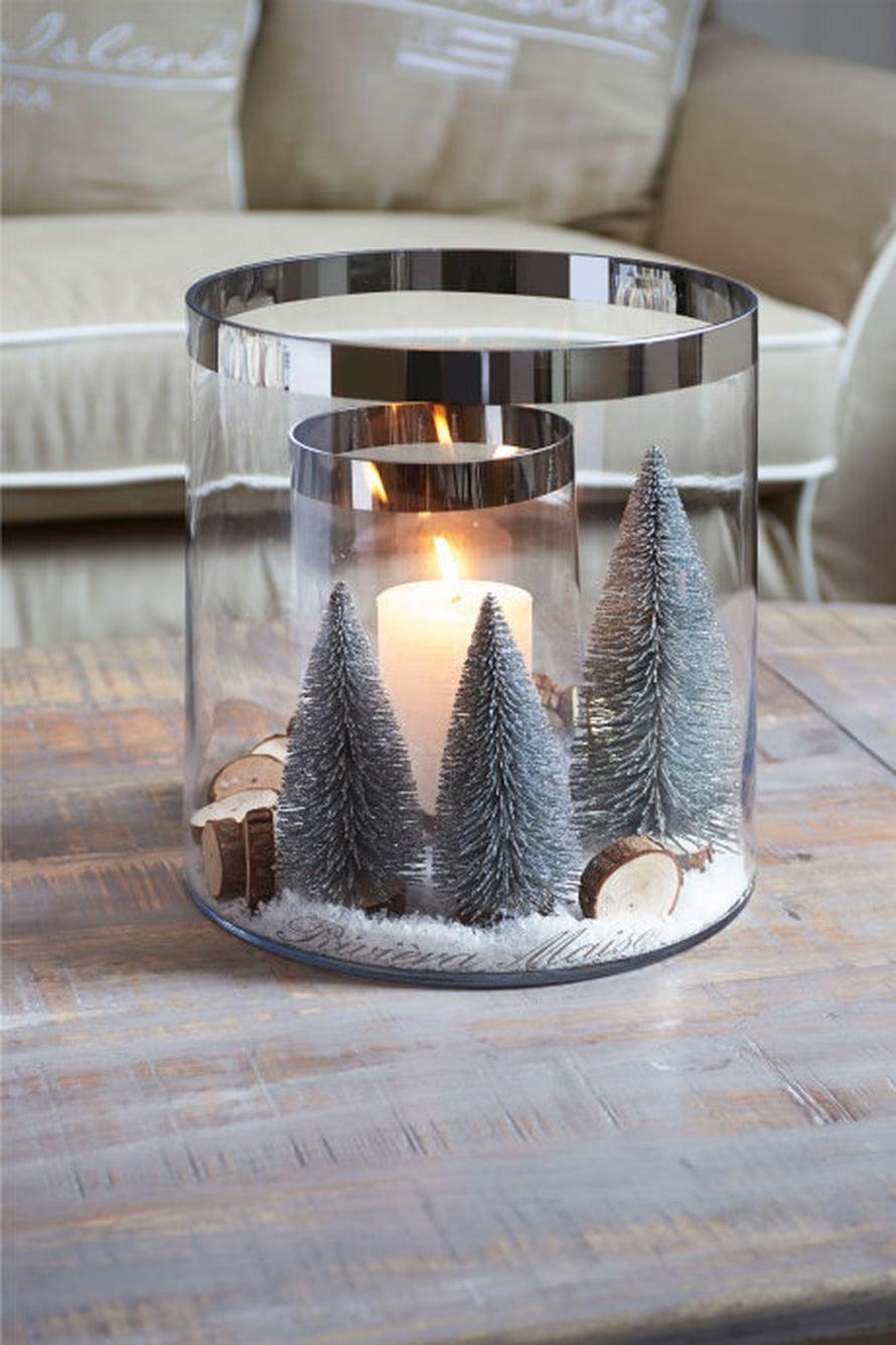 Tee talvinen asetelma lyhdyn sisälle. Tässä ideassa on kaksi lasiastiaa sisäkkäin ja välissä on pieniä kuusia. Kuva ja tuotteet: Rivièra Maison