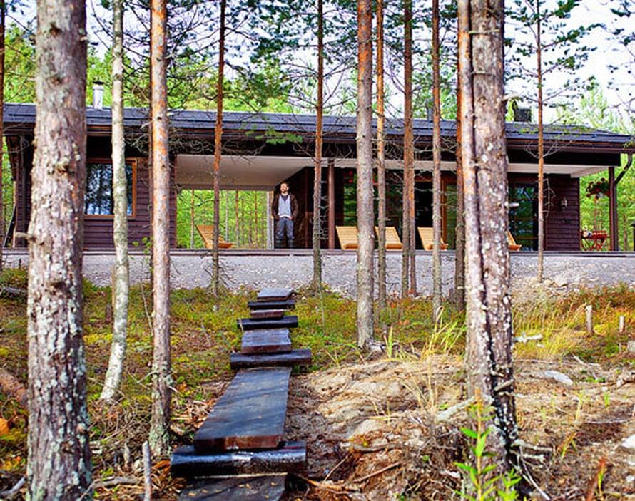 <p><p>Saunarakennus on Design Talon mallistosta. Saimin ystävä Petri Salmela suunnitteli sisustuksen, kuten myös terassin tuolit. </p></p>