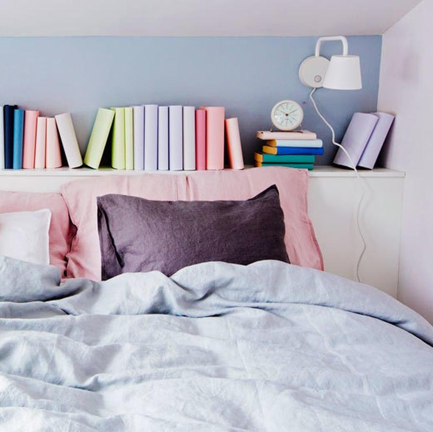 <p><p>Tässä makuuhuoneessa taas kirjat ovat piilossa kartonkien alla. Pastellisävyisillä kartongeilla päällystetyt kirjat ovat kuin harmoninen maalaus makuuhuoneen yöpöytätasolla. Ja voi niitä edelleen lukea, kunhan vain muistaa, millä värillä minkäkin kirjan on päällystänyt...</p></p>