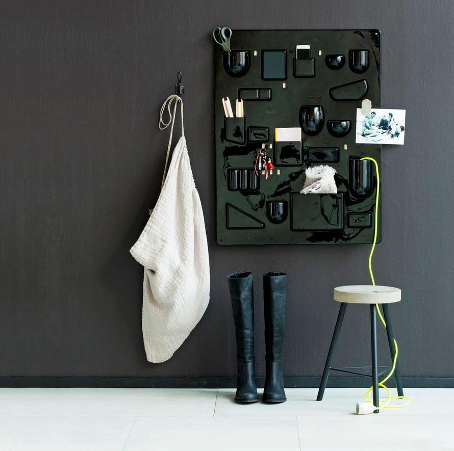 Uten.Siloa valmistetaan kahden kokoisena. Kuvassa on alkuperäinen iso lokerikko, 87 x 67 cm, Aero. Fiskarsin talous-sakset, Iiittala. Hayn kangasnauhavyyhti, vihko ja Nud Collectionin kankainen lampunjohto, Pino. Betonijakkara ja seinäkoukku, Peroba. Pellavainen pyykkipussi ja käsipyyhe, Moko. LD Tuttlen nahkasaappaat, Nina's.