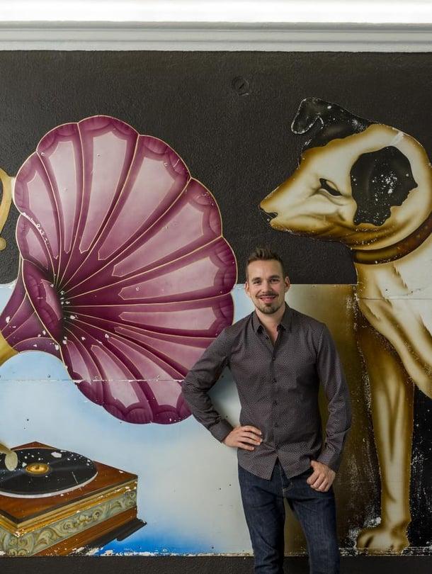 Seinän kokoinen, metallille maalattu His Master´s Voice -mainostaulu löytyi Australiasta. Siitä poimittiin yksiön tummahko väritys. Teemu Muurimäen paita on hänen Formal Friday -mallistoaan.