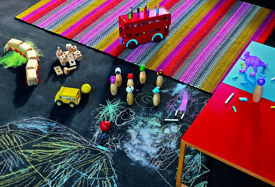 Jos liiduilla asfalttiin piirtäminen herättää paheksuntaa, osa lastenhuoneen lattiasta voi olla maalattu liitutaulumaalilla. Omaan lattiaan saa taiteilla salaa talonmieheltä, kukkahattutädeiltä ja muilta tiukkapipoaikuisilta. Kuva: Habitat