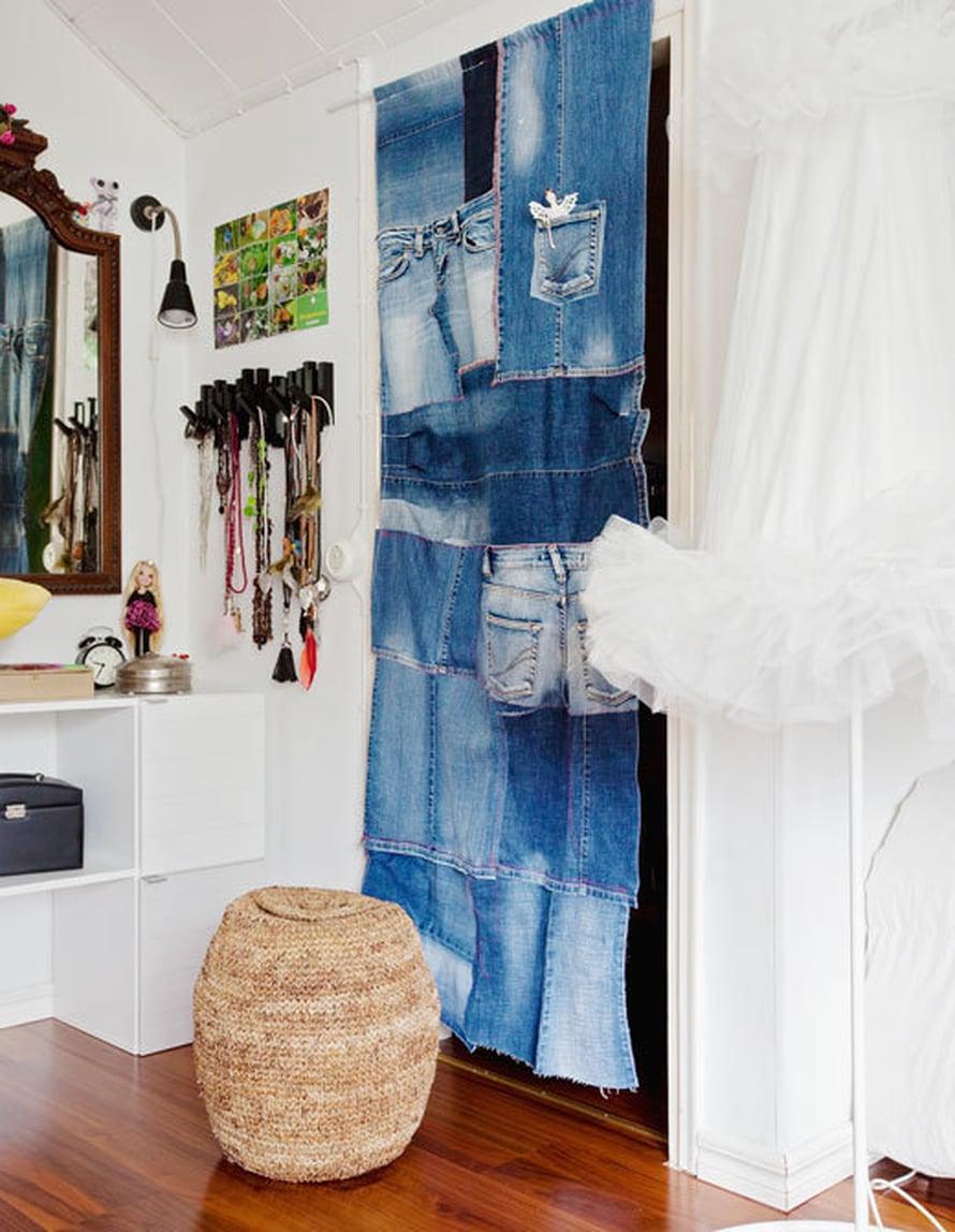 <p><p>Vanhoista farkuista voi ommella itse näin hauskan verhon esimerkiksi vaatehuoneen oveksi. Kuva: Jaana Kallio</p></p>