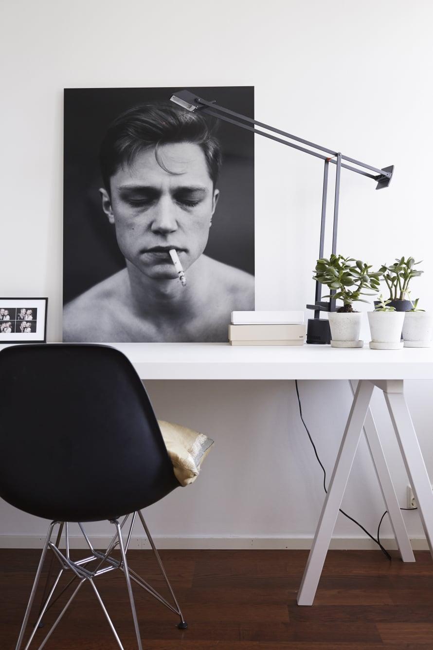 Työpöytä on Mikan suunnittelema ja teettämä. Viherkasvit ovat Hayn betoniruukuissa, jotka ostettiin Formwerkistä. Eames DSR-tuoli on Vitran mallistosta. Valokuvateos on Sergei Pavlovin