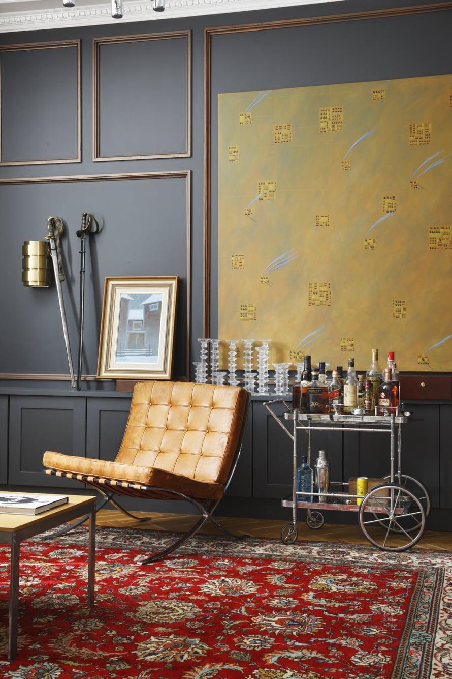 Kotiin rakennettiin sikarihuone, vaikkei asukas tupruttelua suosikaan. Sen panelointi suunniteltiin Kristian Krokforsin työn mittojen mukaan. Paneelin alaosaan rakennettiin matala kaappi, jonka päällä on kokoelma Timo Sarpanevan suunnittelemia Festivo-kynttilänjalkoja. Tarjoiluvaunu ja Hans-Agne Jakobssonin suunnittelema Markaryd-seinävalaisin ovat huutokaupasta.