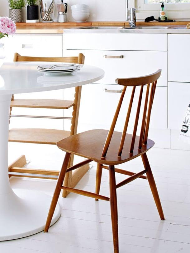 Pinnatuolista tuli supersuosittu kolmikymppisten sisustajien keskuudessa kolmisen vuotta sitten eikä suosion hiipumisesta ole vielä merkkiäkään. Siro pinnatuoli istuu monenlaisiin ruokapöytiin ja se luo kodikkuuttaa moderneihin sisustuksiin. Ilmari Tapiovaaran Fanet-tuoli vuodelta 1949 on pinnatuolien aatelia. Sen istuinosan alaspäin kaartuva reuna erottaa sen muista Askon valmistamista pinnatuoleista. Kuvan Sara-tuoli vuodelta 1970, valmistaja Asko.