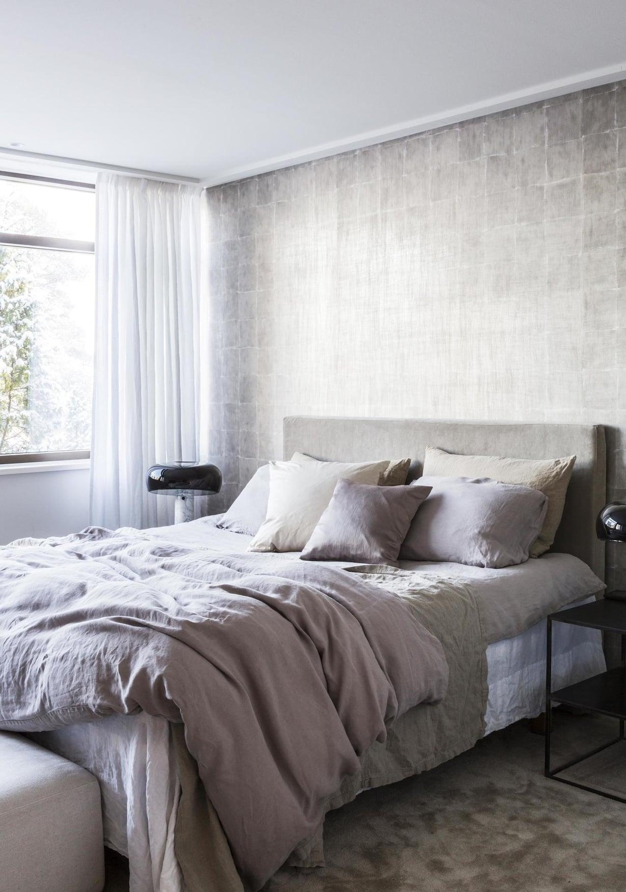 Heini halusi luoda alakerran makuuhuoneesta rauhallisen ja yksisävyisen kokonaisuuden. Pehmeä kokolattiamatto on Koolmatin valikoimista ja sillä on ihana astella paljain varpain.