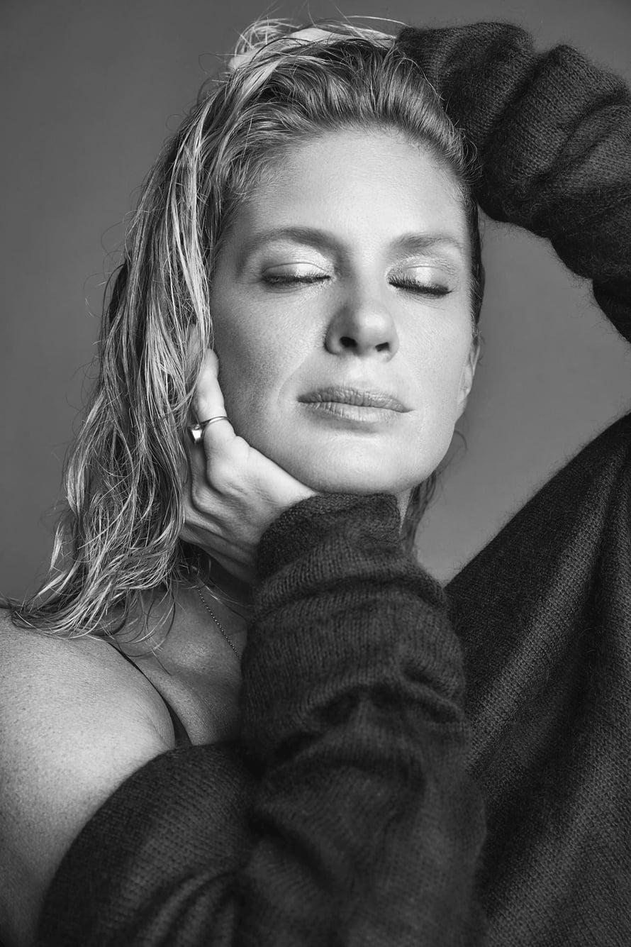 Meikkitaiteilija Riku Campo sanoo, että hyvällä kulmameikillä saa kasvoille pienen liftauksen. Rachelin vaaleita kulmia hän korosti jauhemaisesta voiteeksi muuttuvalla kulmavärillä sekä kulmageelillä.  Villapaita Helmut Lang.