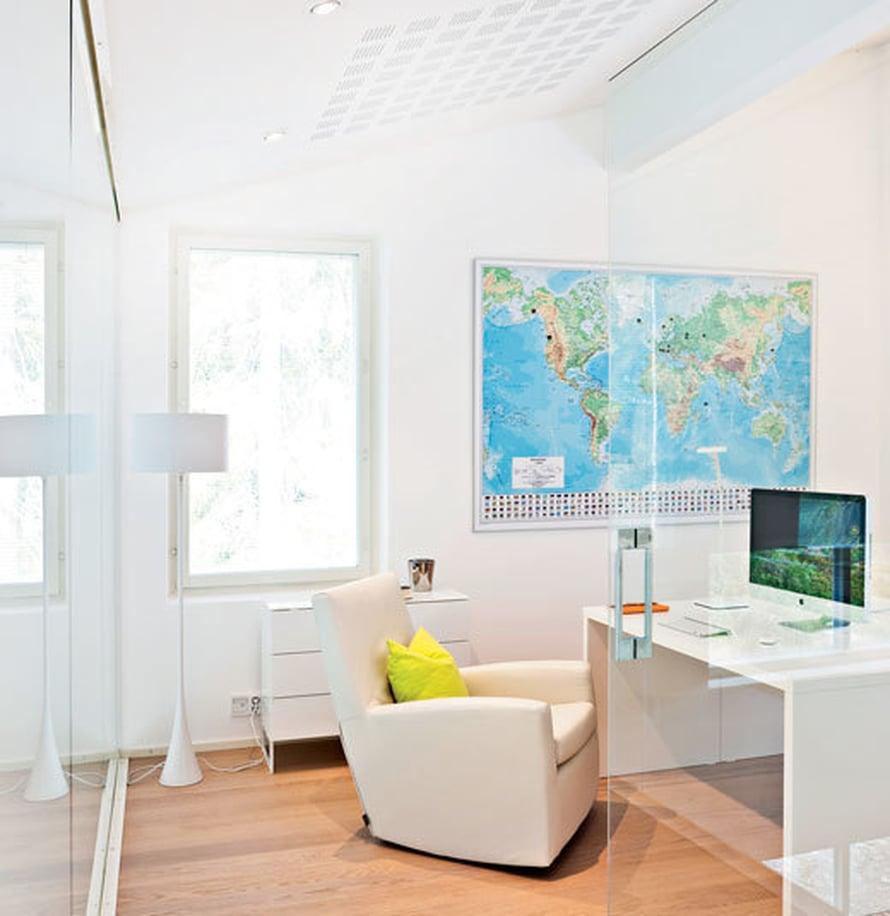 Työhuoneen maailmankartta näyttää Aino-Kaisan ja Tomin matkakohteet, mutta magneetit loppuivat kesken alkumetreillä. Työhuoneen kaksi seinää ovat lasia lattiasta kattoon, ja ne on toimittanut Lahden lasipalvelu. Kartta on Karttakeskuksesta, työpöytä Nurmelan.