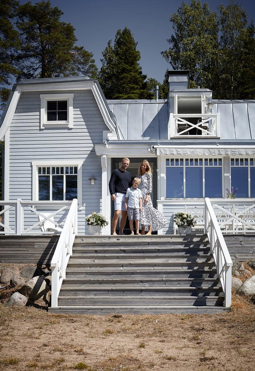 Sean, Vilma ja Tyson rakastavat vanhan huvilansa henkeä. Merenpuoleiselta terassilta laskeudutaan portaikkoa suoraan hiekkarannalle.