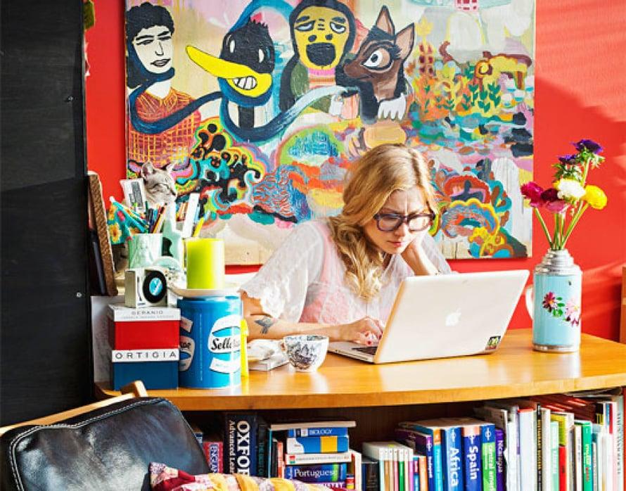 <p><p>Meri-Tuuli tekee paljon töitä kotona, joten kodin pitää olla inspiroiva.  Työpöytä on 50-luvulta. Furninovan fiftarihenkiset Revir-nojatuolit ovat suurin piirtein ainoat uutena ostetut tavarat tässä huushollissa. Taustalla on Ville-Veikko Viikilän maalaus.  </p></p>