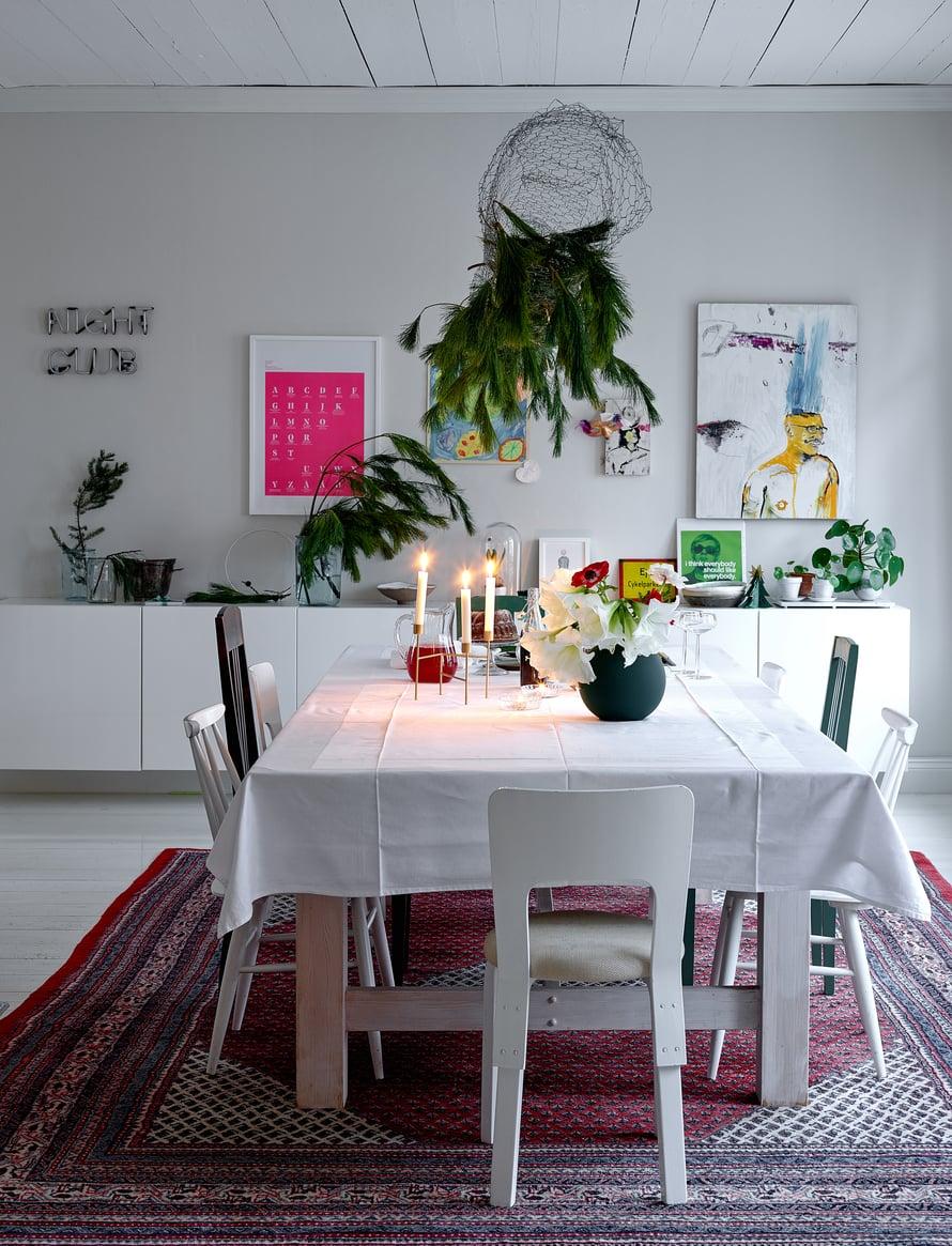 Ruokasalin pöytä on teetetty paikallisella puusepällä. Matto on Moritzin äidin lahja lapsenlapselleen.