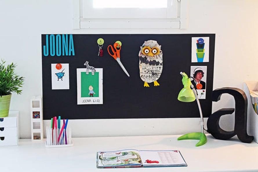 Magneettiliitutaulutarra on kätevä koululaisen työpöydän yllä. Siihen voi kiinnittää kaiken ihan tosi tärkeän. Kuva: Dekoro.