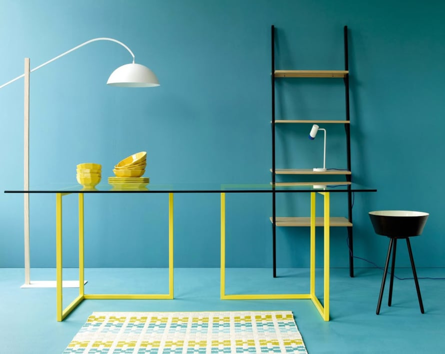 Keltaiset pöydänjalat ovat hillityn väripaletin kodissa juuri se riittävä piristysruiske, mutta Habitat näyttää, että väreillä leikkiminenkin kannattaa - miten raikas väriyhdistelmä! Kuva: Habitat.