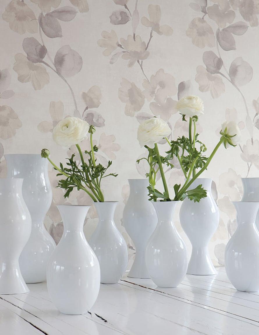 Vesivärein maalattu kukkatapetti olisi ihana makuuhuoneessa tai yhdellä seinällä valkoisessa olohuoneessa. Idyllian ID -15700 -tapetti 52 e rulla, Seinäruusu.fi.