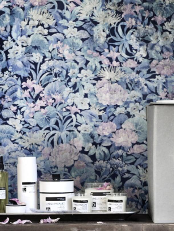 """<p><p>Mikä tapettiherkku!  Kukkainen ihanuus tuo syvyyttä seinille ja herkkä vaaleanpunainen tekee siitä täyteläisen. Kuva: <span class=""""photographer"""">Broste Copenhagen</p></p></span>"""