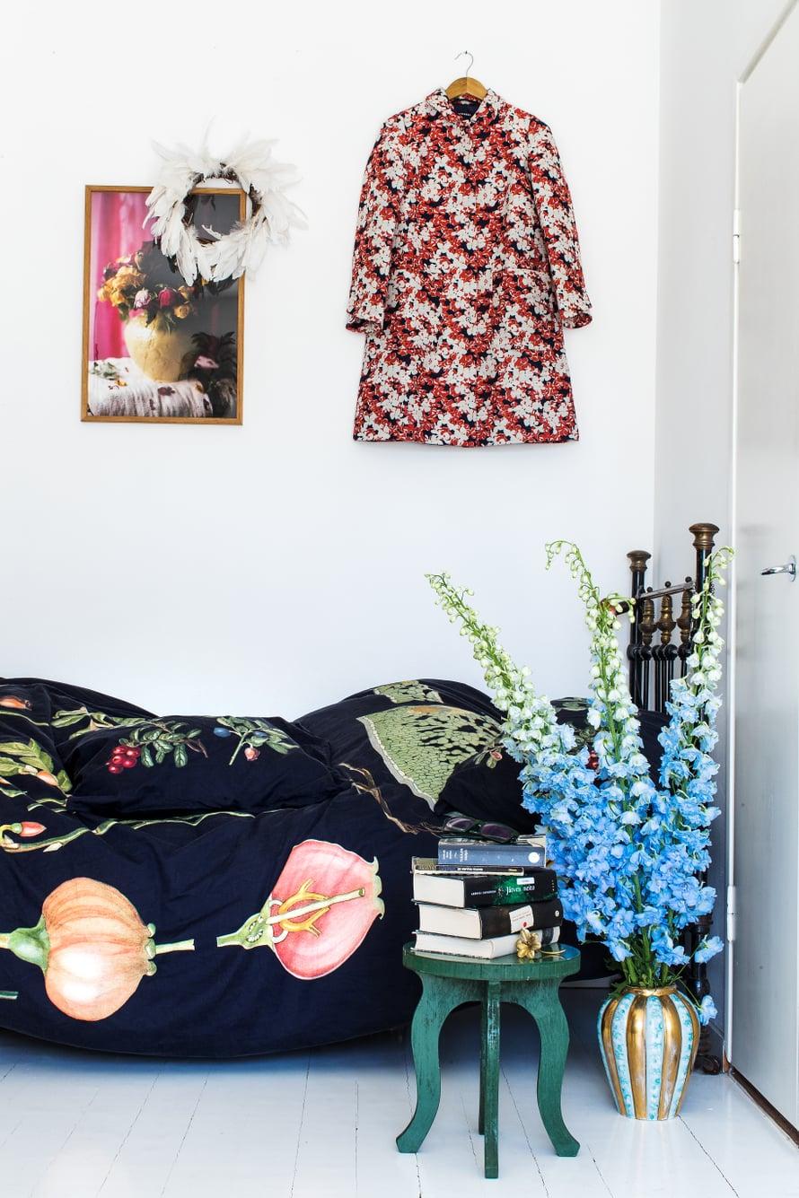 Sisustuksen värit tulevat etupäässä Paavon Marimekolle suunnittelemista kuoseista. Seinälle on ripustettu Juhalana-kuosinen takki. Lakanoissa on Ebba Masalinin mustikka-puolukkakuosi. Taivaan-sinisten kukkien sävy on Paavon ikisuosikki.