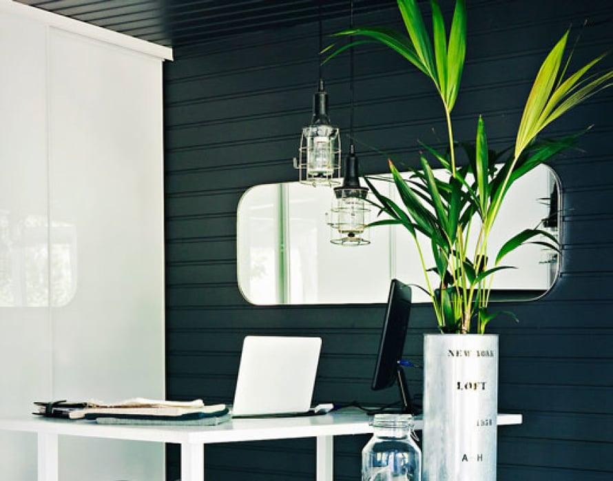 <p><p>Työhuoneen Minna remontoi viimeisenä. Sen seinät ovat Tikkurilan Luja-maalilla käsiteltyä paneelia. Vaakaan asennettuna paneeli saa modernin ilmeen. Työpöytä on Ristomatti Ratian, mutta Minna on teettänyt siihen uudet jalat. Salli-satulatuoli löytyi Huuto.netistä. Mummolan pöytä sai uuden lasikannen, ja runko maalattiin mustaksi. Valaisimet ovat kirpputorilta. Vanhan valomainoksen kirjainta Minna ei voinut vastustaa, joten ystävä tarjoutui tekemään hänelle siitä toimivan valaisimen.</p></p>