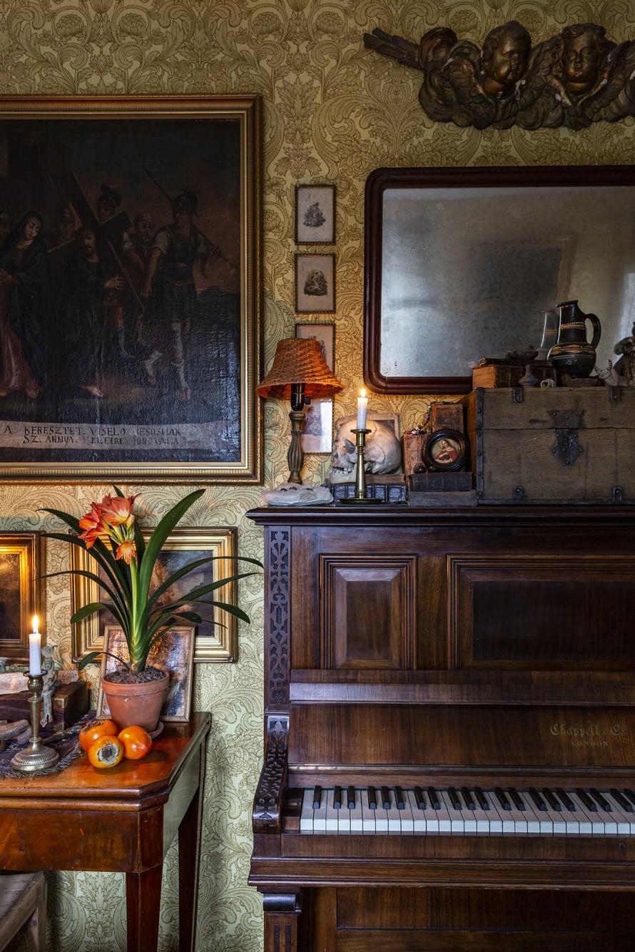 Epävireinen vanha piano on kulkenut mukana kodista toiseen eikä siitä luovuta käytännöllisyyden nimissäkään. Se luo tunnelmaa ja toimii vaihtuvien asetelmien alustana.
