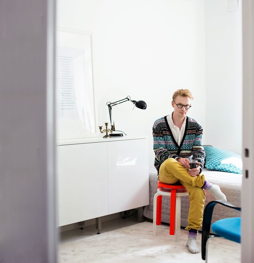 """""""Makuuhuoneessa, kuten muuallakin kodissamme, harmaa ja valkoinen muodostavat kodin neutraalin pohjan. On kiinnostavampaa, jos kodissa väri ei rönsyile. Vaikka käytän työssäni runsaasti värejä, kodissa saa olla rauhallista. """" Väripilkkuina ovat Alvar Aallon jakkarat 60."""