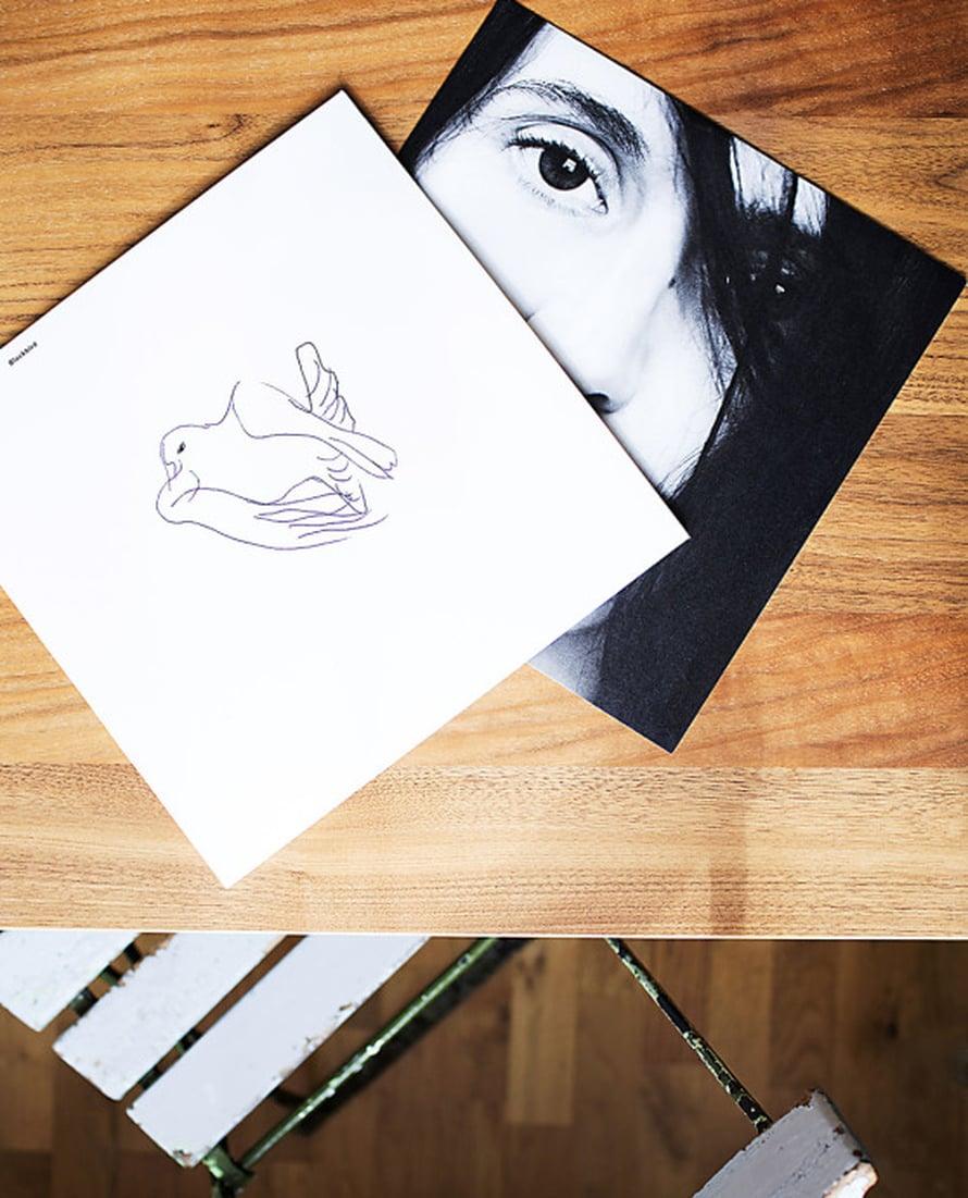 Mannan Blackbird-levyn kansi on samaa maailmaa Mannan kodin kanssa: valkoinen ja yksinkertaisen kaunis.