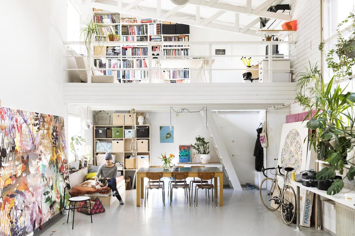 Taiteilija Leena Nion  ateljeen yläkerrassa on aviomiehen, taikuri ja kuvataiteilja Kalle Nion työtila ja kirjasto. Arkkitehti Aulis Blomsted suunnitteli tilaan 1950-luvulle epätyypilliset kattotuolirakenteet. Avaruusristikoiden käyttö korkeissa tiloissa yleistyi vasta 1970-luvulla.