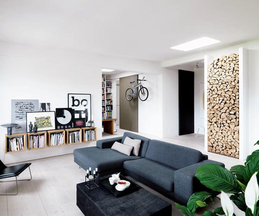 <p><p>Vippin tanskalaisen pääsuunnittelijan olohuoneessa takkapuille on rakennettu oma kiinteä syvennys. Klapiseinä on upea pelkistetyssä kodissa! Kuva: Anders Hviid</p></p>