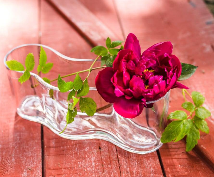 Laakeisiin maljoihin voit erotella kaikista suurimmat ja kauneimmat kukat, jotta ne varmasti saavat ansaitsemansa huomion ja samalla koristavat juhlatilaa. Kuva: Muurla.