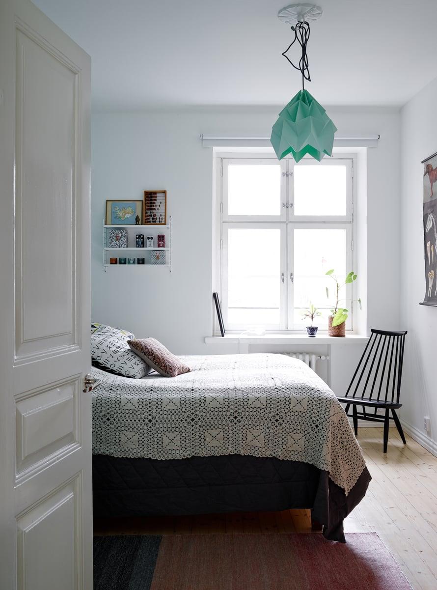 Makuuhuoneen oviaukkoa siirrettiin ja suurennettiin remontissa. Aukkoon löytyi sopivat vanhat pariovet, jotka kunnostettiin. Katossa Studio Snowpuppen Moth lamp -valaisin, ja nurkassa Ilmari Tapiovaaran suunnittelema Mademoiselle-tuoli.
